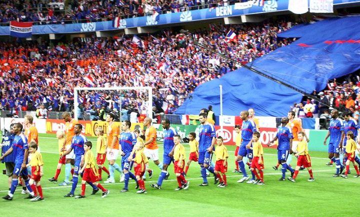 800px-holland_-_france_euro_2008_entrance_into_stadium